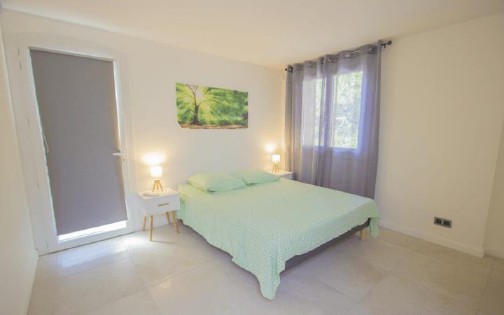 Mobile-grande-chambre-Nautile-Hyeres-location-vacances-gite-nature1-compressor