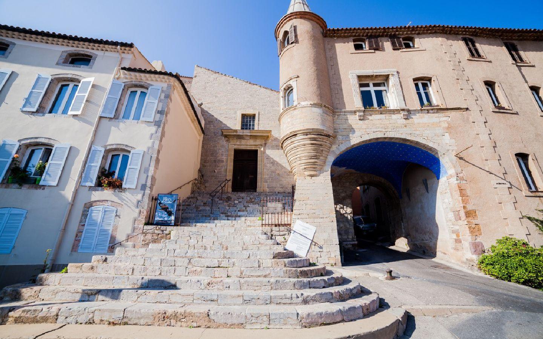 Nautile-centre1-hyeres-tourisme-Location-Vacances-Hyeres-compressor